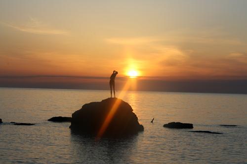 statua-bagnante-tramonto-Vasto-Marina