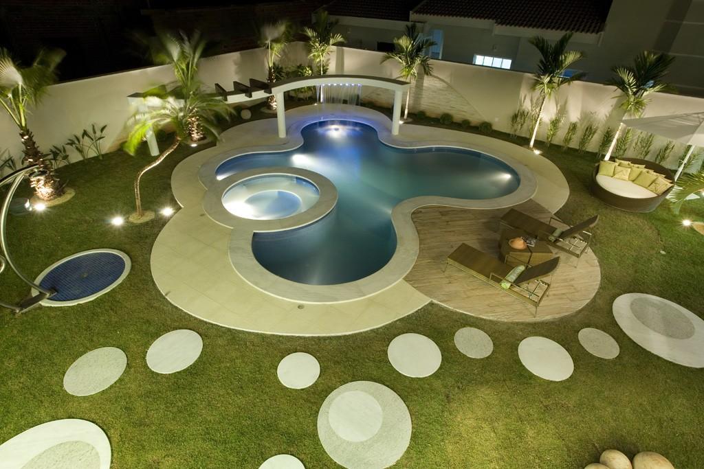 circular-pool-in-a-garden